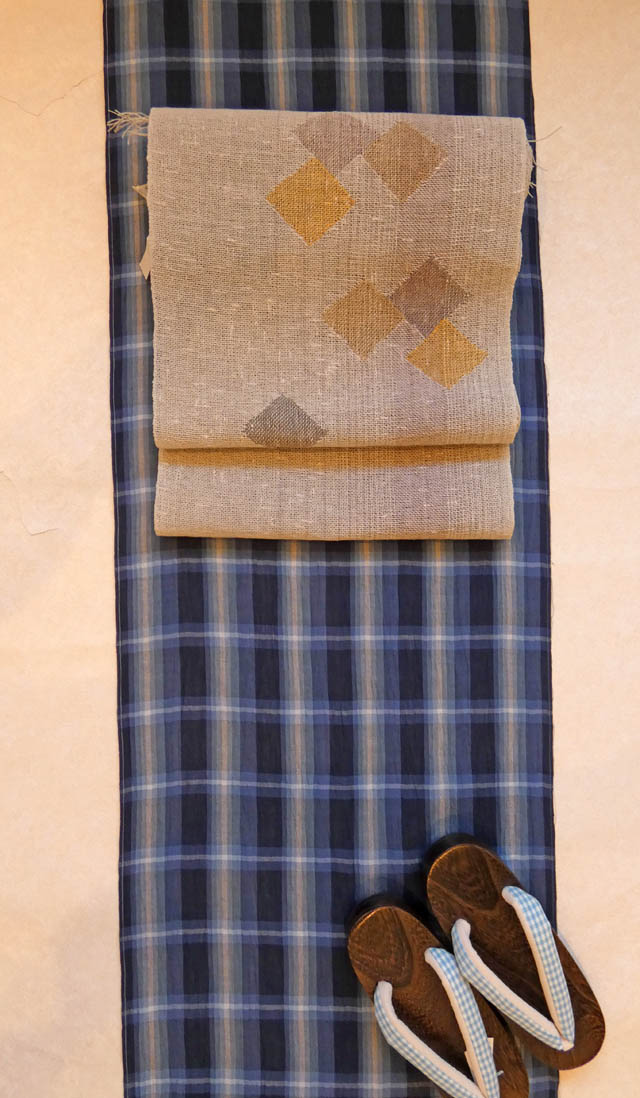 "<span class=""title"">藍格子の綿麻に諸紙布の帯、下駄もセットで全品半額~</span>"